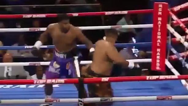 Cú đấm hạng nặng khiến đối thủ bay khỏi sàn đấu