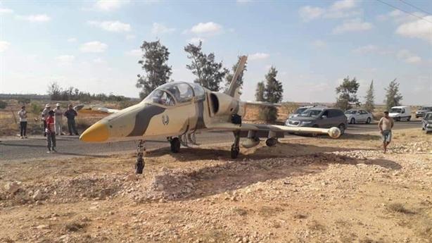 Phi công LNA lái L-39 mang đầy vũ khí lạc sang Tunisia