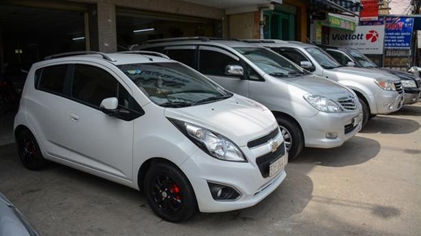 Thị trường ô tô cũ biến động: Hạ giá vẫn ế dài