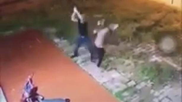 Camera ghi lại người phụ nữ bị chém gần lìa 2 tay