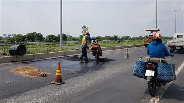 Chưa sửa xong đường dẫn cầu Vàm Cống: Tại trời mưa