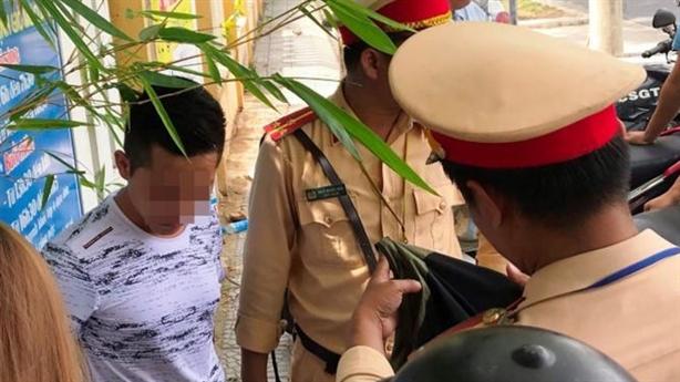 Thanh niên chở bạn gái tăng ga, tông thẳng vào người CSGT
