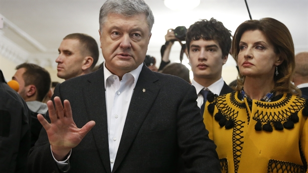 Vòng vây lao lý siết chặt khi ông Poroshenko rời đất nước