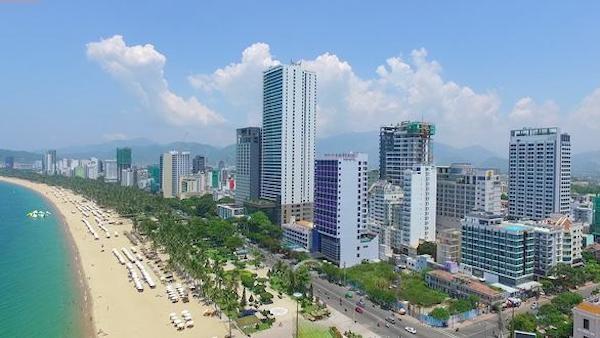 Tường bê tông khổng lồ ven biển Nha Trang