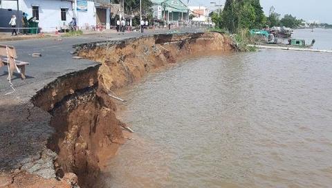 Hàng trăm tỷ đồng cứu sạt lở sông Hậu: Không cứu nổi...
