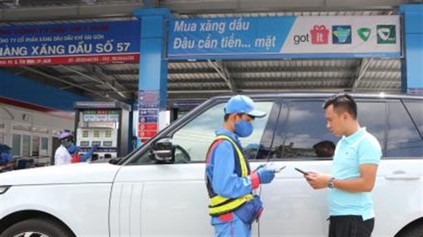 Mua xăng dầu thanh toán bằng ứng dụng điện thoại thông minh