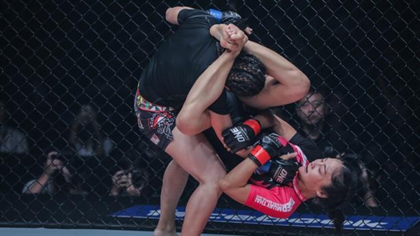 Nữ 'sát thủ' hạ knock-out đối thủ bằng mưa đấm và chỏ