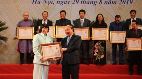 Nghệ sĩ cải lương Minh Vương đón nhận danh hiệu NSND