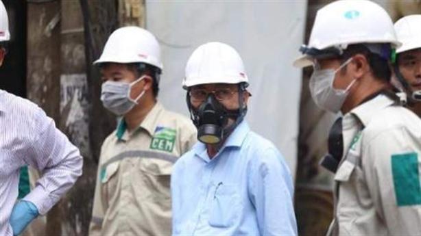 Băn khoăn việc lãnh đạo đeo mặt nạ chống độc: