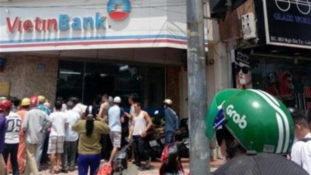 Nhân viên phát hiện súng giả, tên cướp ngân hàng bỏ chạy
