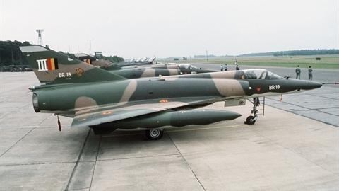 Pakistan mua chiến đấu cơ 50 năm tuổi, chống MiG-29 Ấn Độ