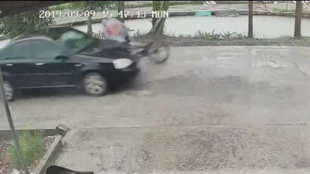 Tài xế gây tai nạn, bỏ mặc bé trai dưới trời mưa