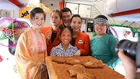 Bánh siêu to khổng lồ lên máy bay: Không cấm, nhưng...