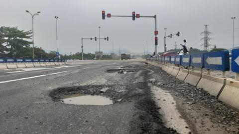 Đường nối cao tốc Đà Nẵng-Quảng Ngãi đầy ổ gà: Đừng ẩu