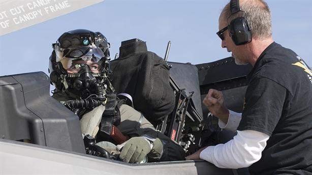 Lý do Mỹ đổ tiền thay mũ phi công F-35