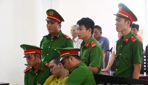 Tướng cướp khóc ngất tại tòa