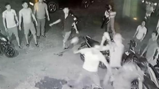 Camera ghi lại nhóm côn đồ vây đánh 3 công an