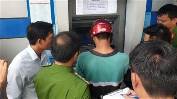 Thủ đoạn tinh vi rút tiền ATM của nhóm người Trung Quốc