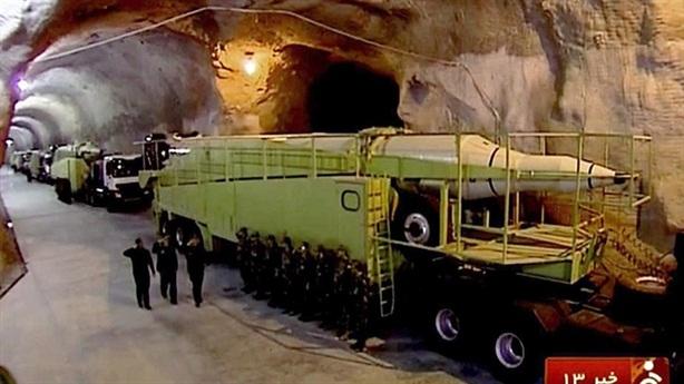 Tướng Iran khoe tên lửa phóng từ độ sâu 500m