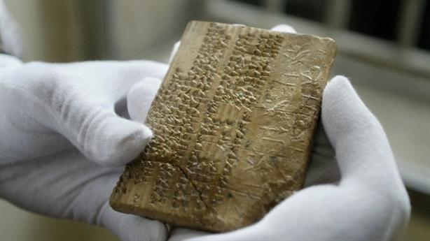 Những phiến đất sét cổ Iran suýt bị siết nợ ở Mỹ