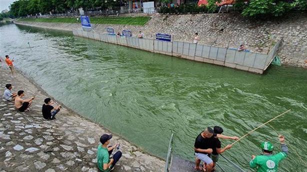 'Cống hóa' sông Hà Nội làm bãi đỗ xe: Sông thành cống?