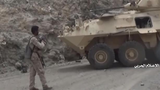 Houthi dùng AK ép kíp lái xe bọc thép Saudi hàng