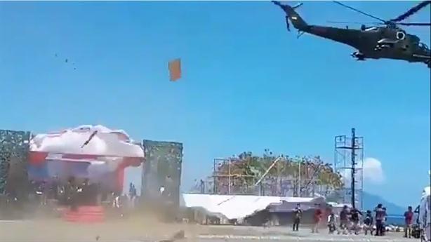 Mi-35M làm sập lễ đài khi bay diễu hành