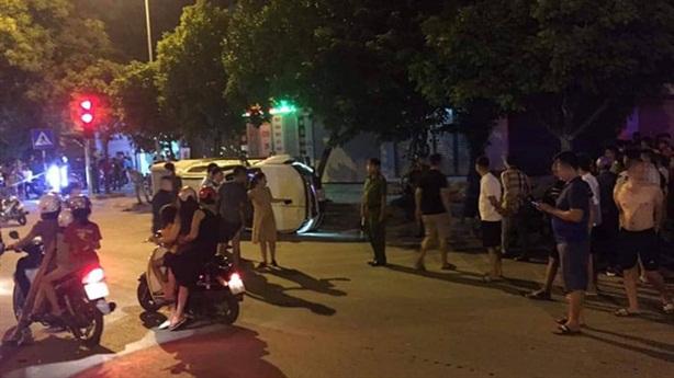 Ôtô đâm xe máy chờ đèn đỏ: Tai nạn hay mưu sát?