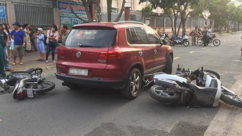 Nữ tài xế bóp còi inh ỏi, tông một loạt xe máy