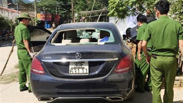 Bất ngờ nguyên nhân xe Mercedes bỏ bên đường với vết máu