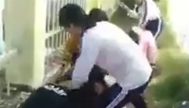 Bốn nữ sinh bị 'đàn chị' đánh: Giải thích vẫn...ăn đòn