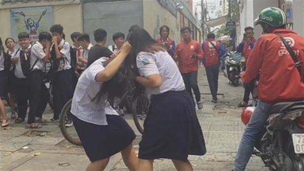 Reo hò, cổ vũ bạn đánh nhau: Đáng buồn bệnh vô cảm