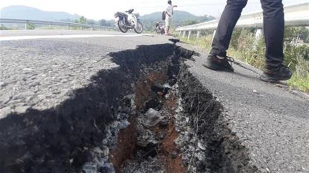 Đường cao tốc 34.500 tỷ: Xuất hiện vết nứt toác đường dẫn