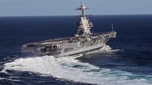 Tàu sân bay Ford biểu diễn đánh võng trên biển