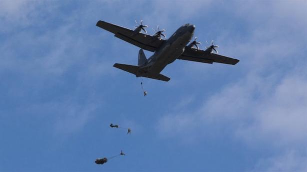 Lính Mỹ rơi khỏi máy bay khi diễn tập