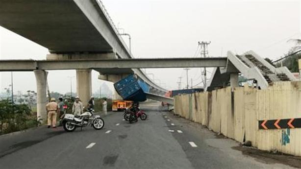 Xe container đâm sập dầm cầu vượt: Có bất thường!