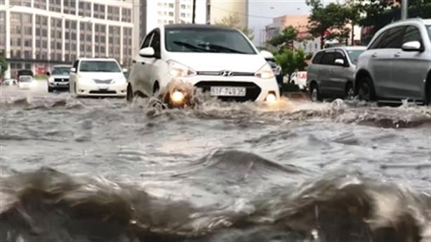 Nâng đường Nguyễn Hữu Cảnh 1,2m, nhà dân thành hầm: Tại sao?