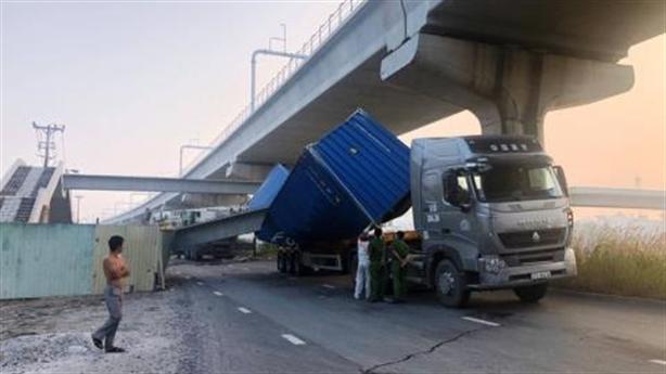 Xe container đâm sập dầm cầu: Rõ nguyên nhân