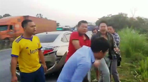 Người dân truy bắt ôtô tông 3 học sinh rồi bỏ chạy