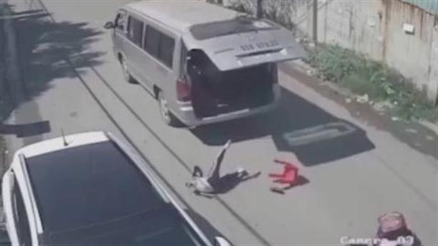 Ba học sinh rơi khỏi xe đưa đón: Do các em nghịch?
