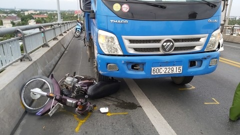 Vụ xe máy bị gió đẩy vào xe tải: 'Việc hi hữu'