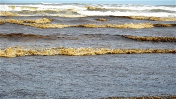 Nước biển gần Dung Quất đổi màu, người dân nghi ngờ