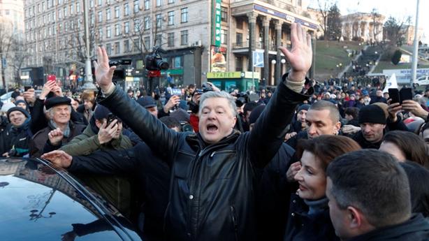 Biểu tình lớn ở Kiev, ông Poroshenko bị ném trứng vào người