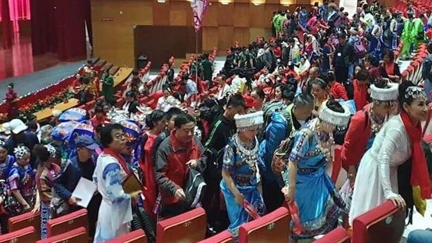 600 người Trung Quốc diễn xường xám ở Hạ Long: Trách ai?