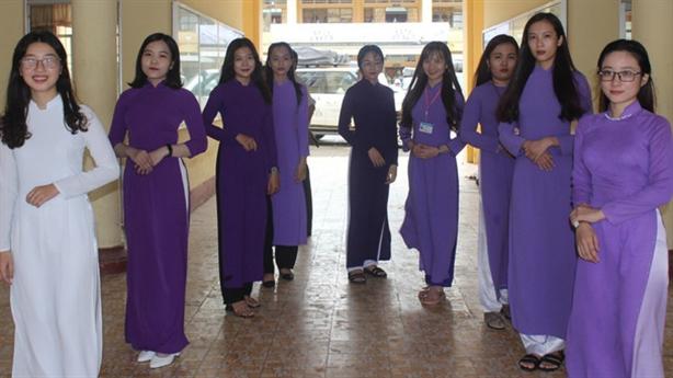 Cấm nữ sinh viên mặc váy ngắn: 'Tránh phân biệt giàu nghèo'