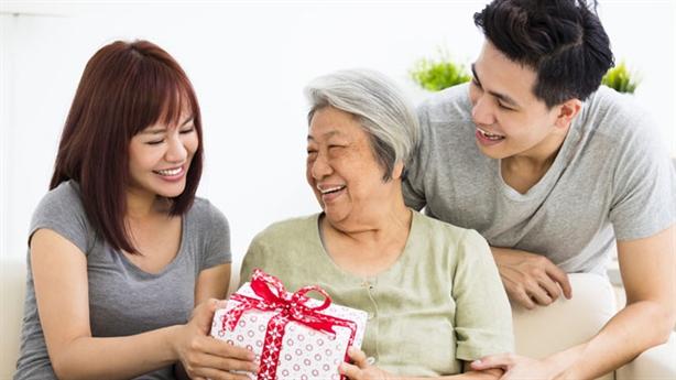Người yêu muốn tôi mua quà để lấy lòng mẹ anh
