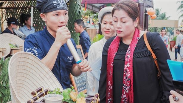Nghệ nhân Tịnh Hải truyền lửa cho đầu bếp tại Hội An