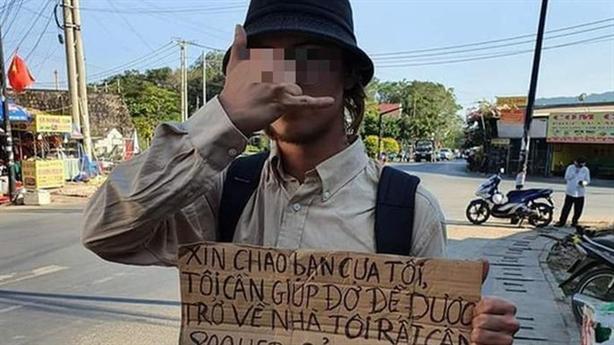 Nhiều người nước ngoài đeo bảng xin tiền: Sự thật nóng