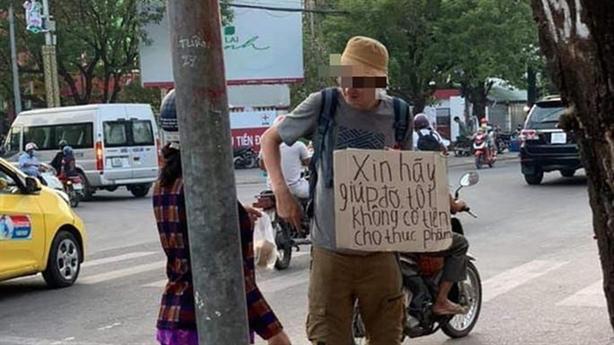 Nhiều người nước ngoài đeo bảng xin tiền: 'Tôi cần 800 USD'