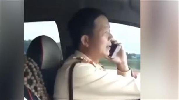Thiếu tá CSGT vừa lái xe vừa gọi điện thoại: Xử sao?